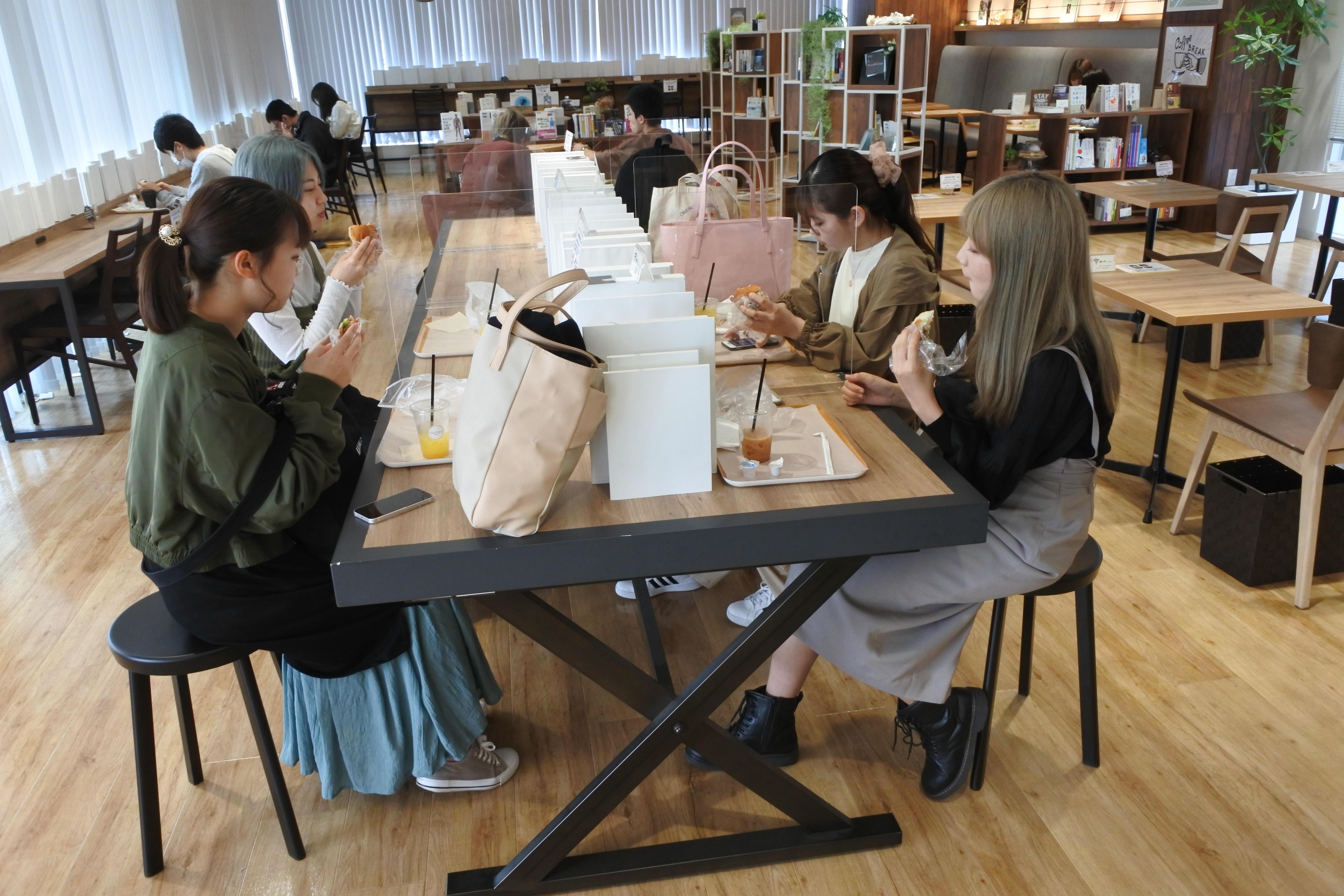 Green Bakery BOOK CAFEを利用する学生たち