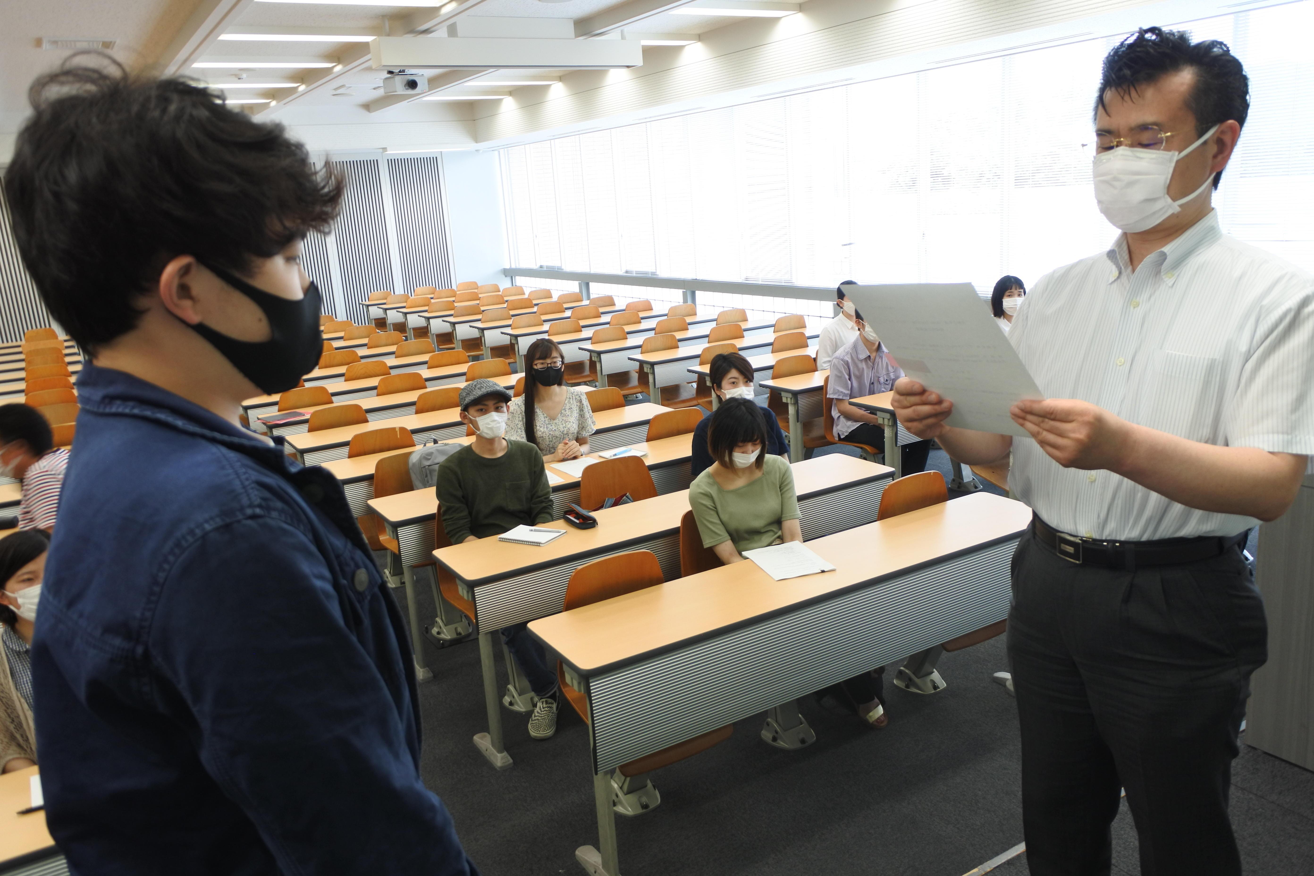 決定通知書を受け取る「TSUNAGU」の代表者