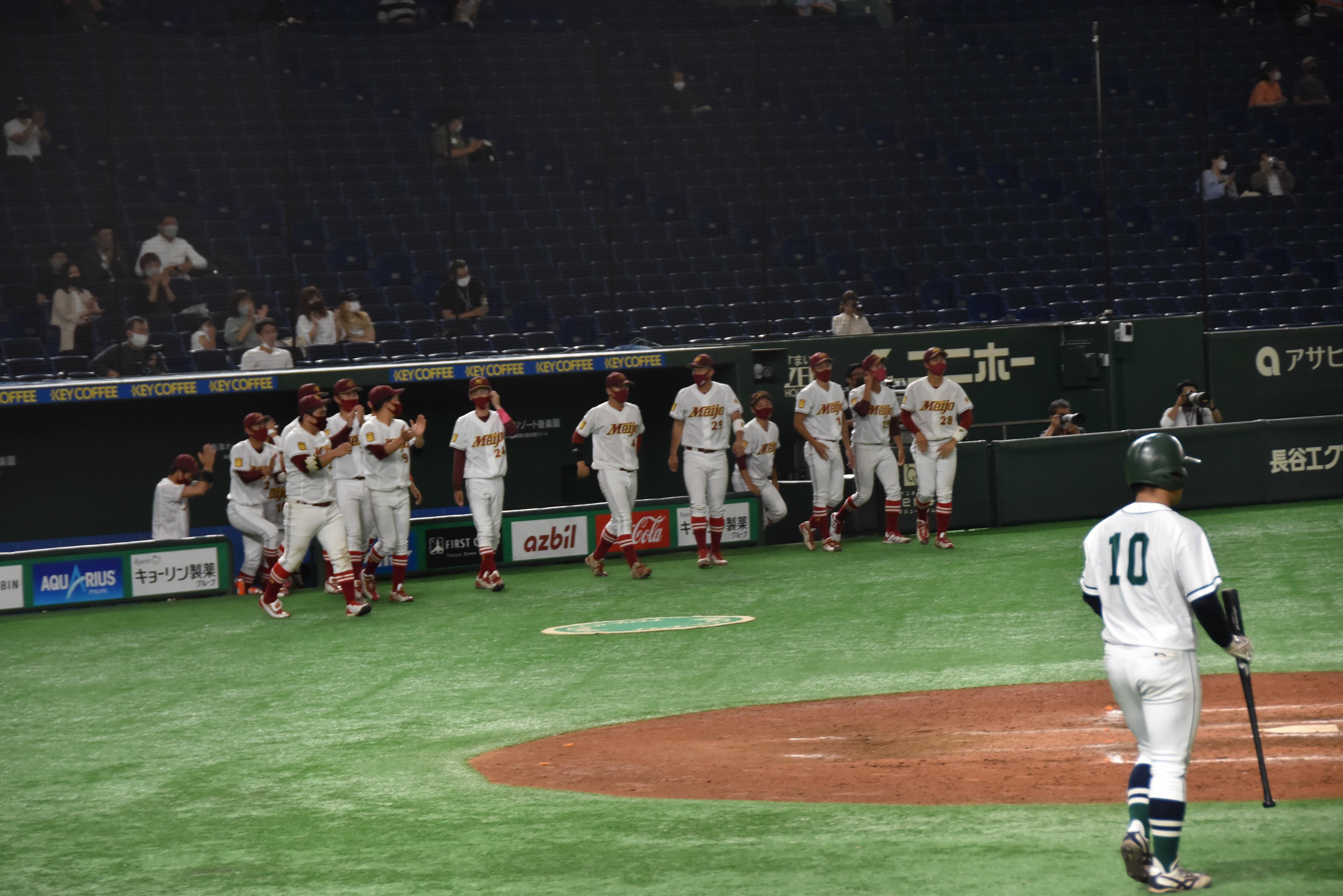初戦突破が決まり拍手でベンチを飛び出す選手たち