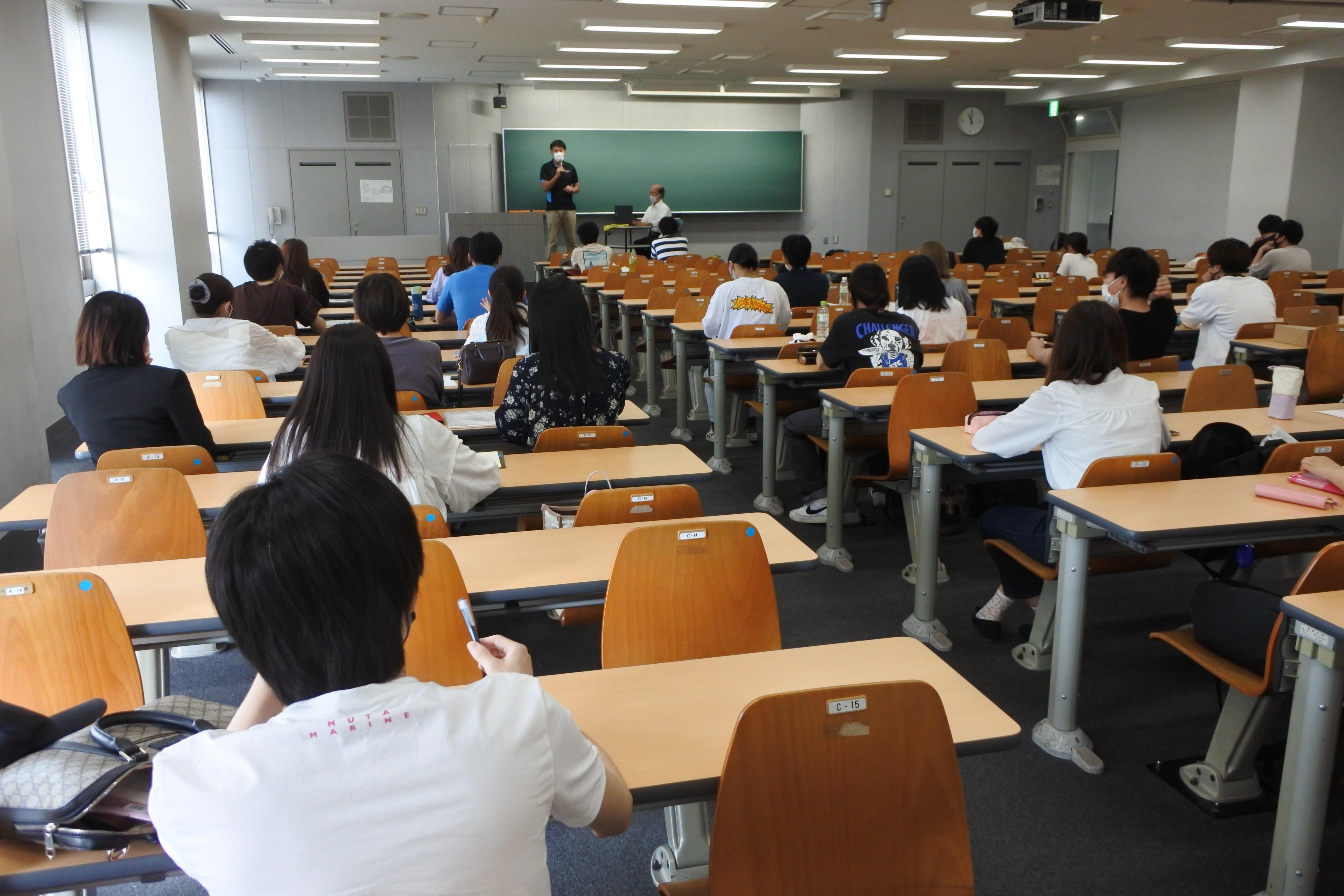 学生同士の間隔を開けた対面授業