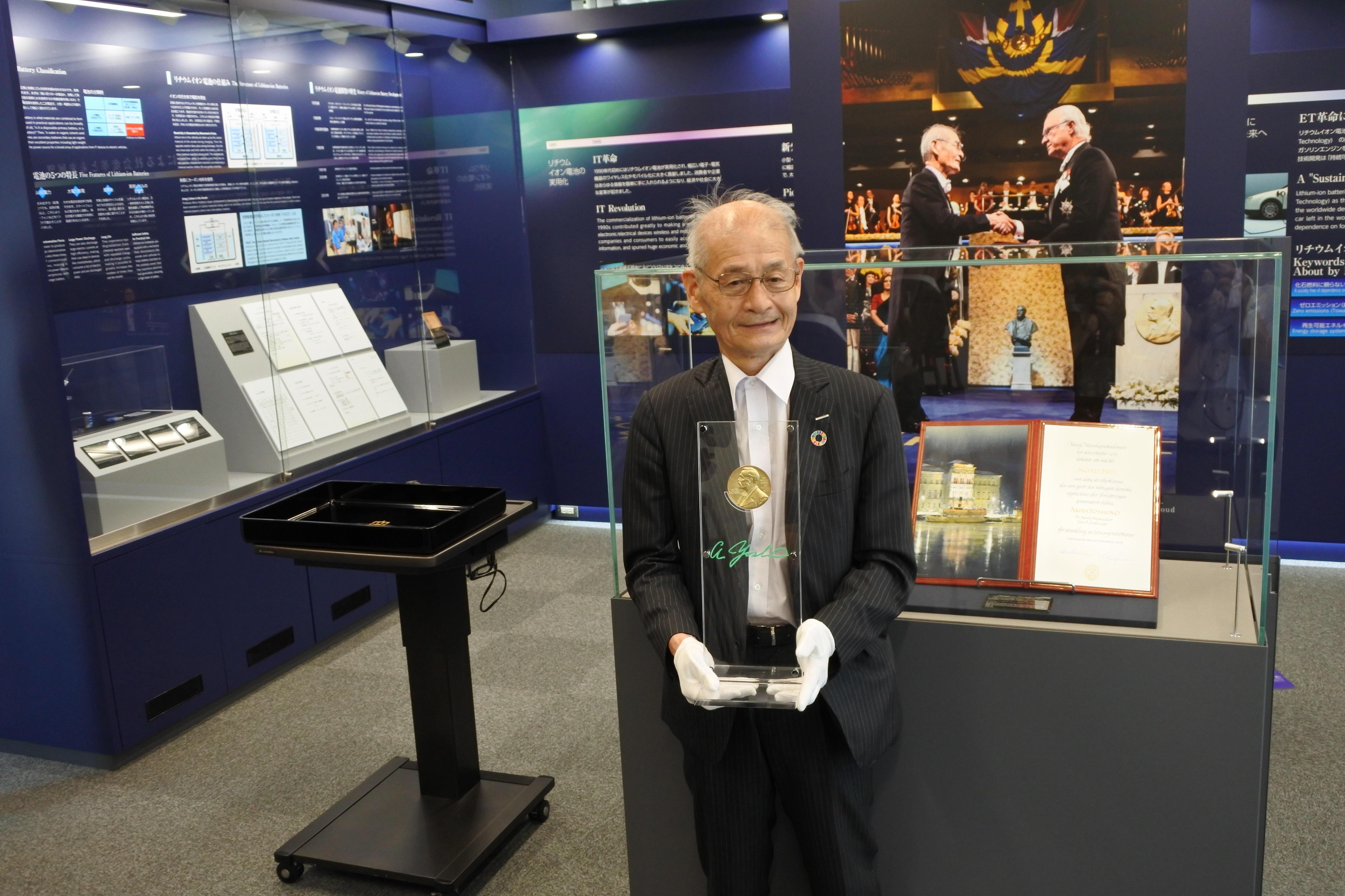 ノーベル賞のメダルを入れたケースを手にする吉野終身教授