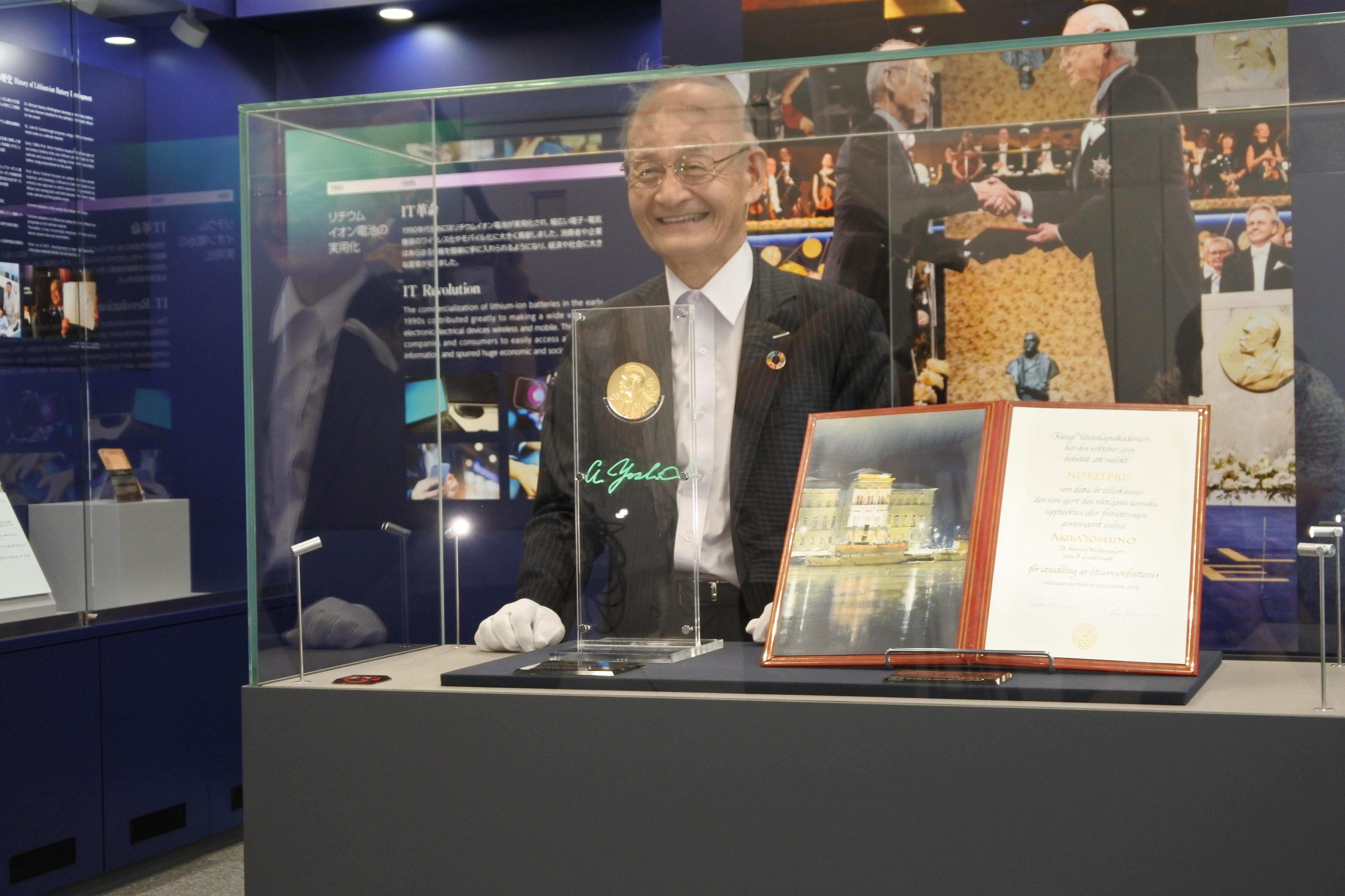 メダルのレプリカをガラスケースに納めた吉野彰終身教授・特別栄誉教授