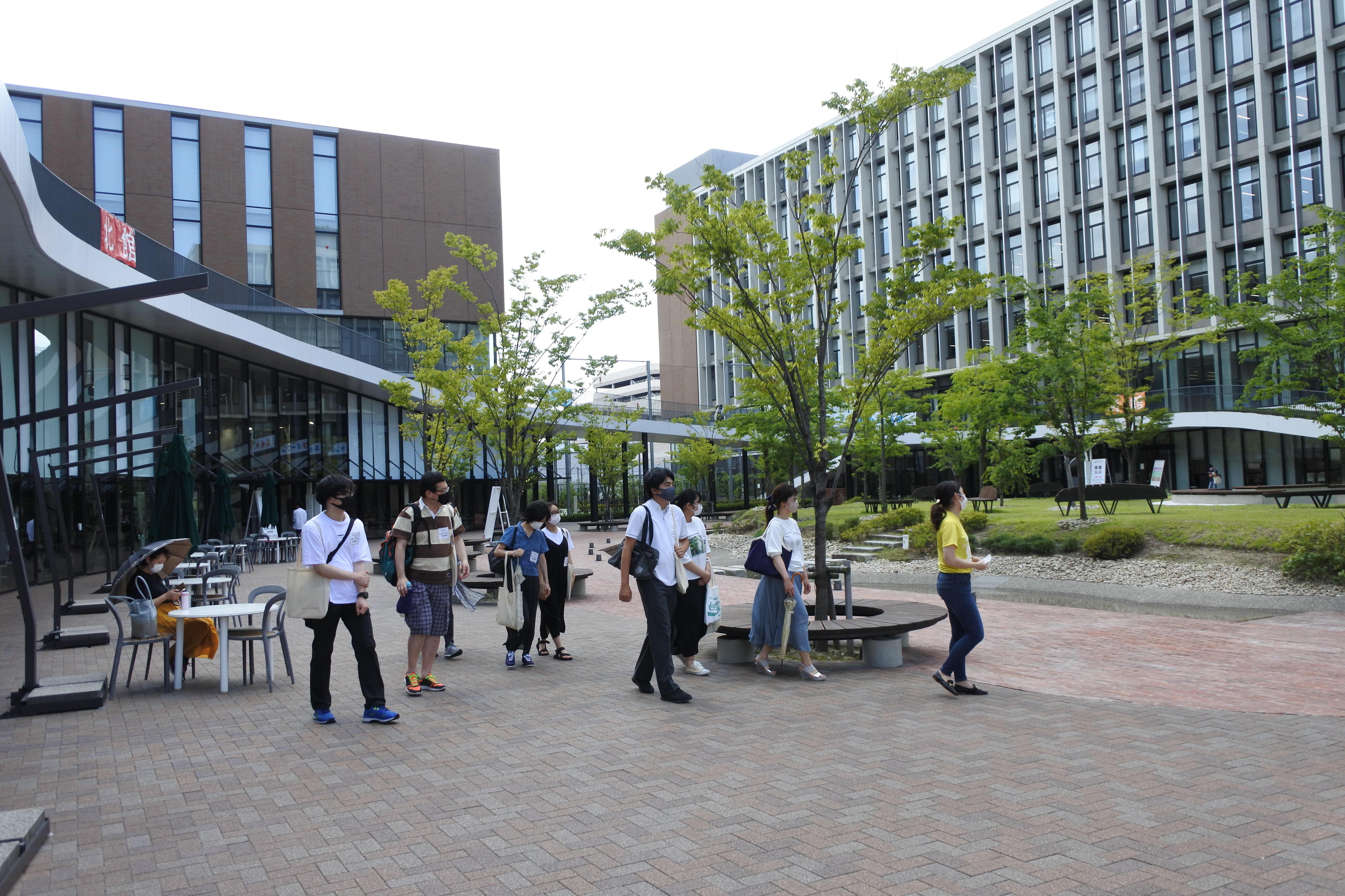 キャンパスツアーに参加した受験生と保護者たち