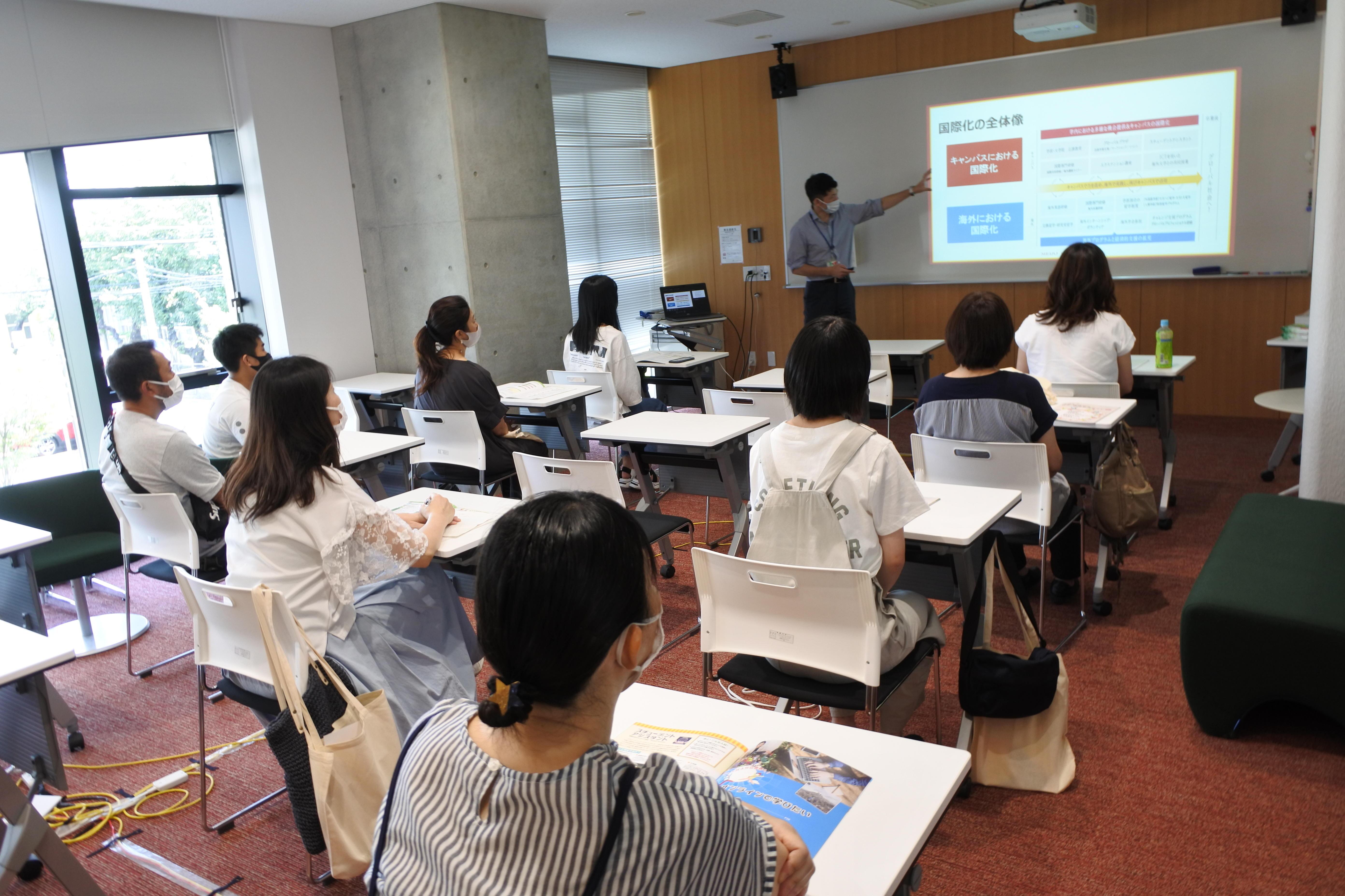 本学の国際化の概要を説明する菱田圭祐国際化推進センター課長