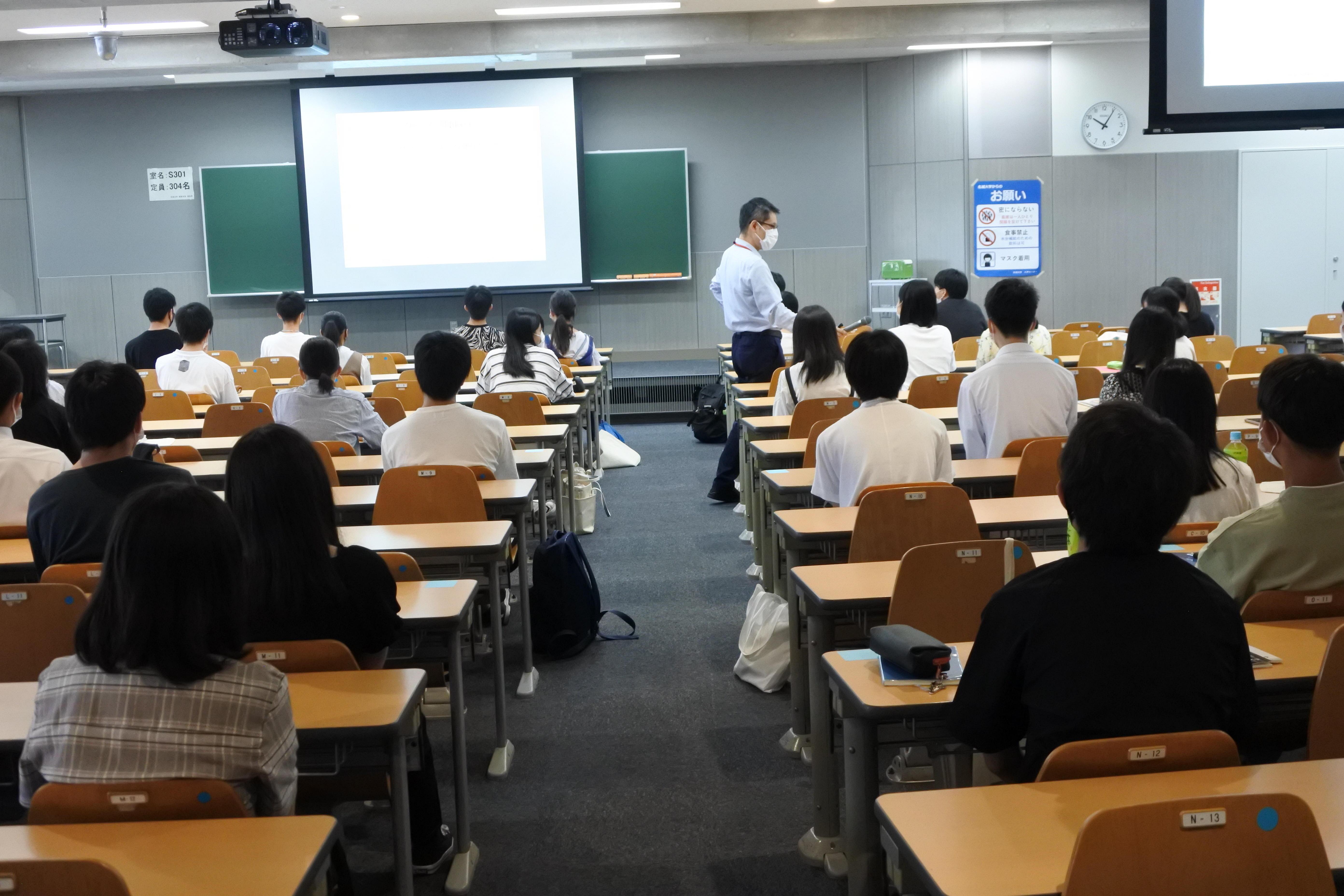 来場者に質問しながら模擬講義をする経営学部国際経営学科の山岡隆志教授