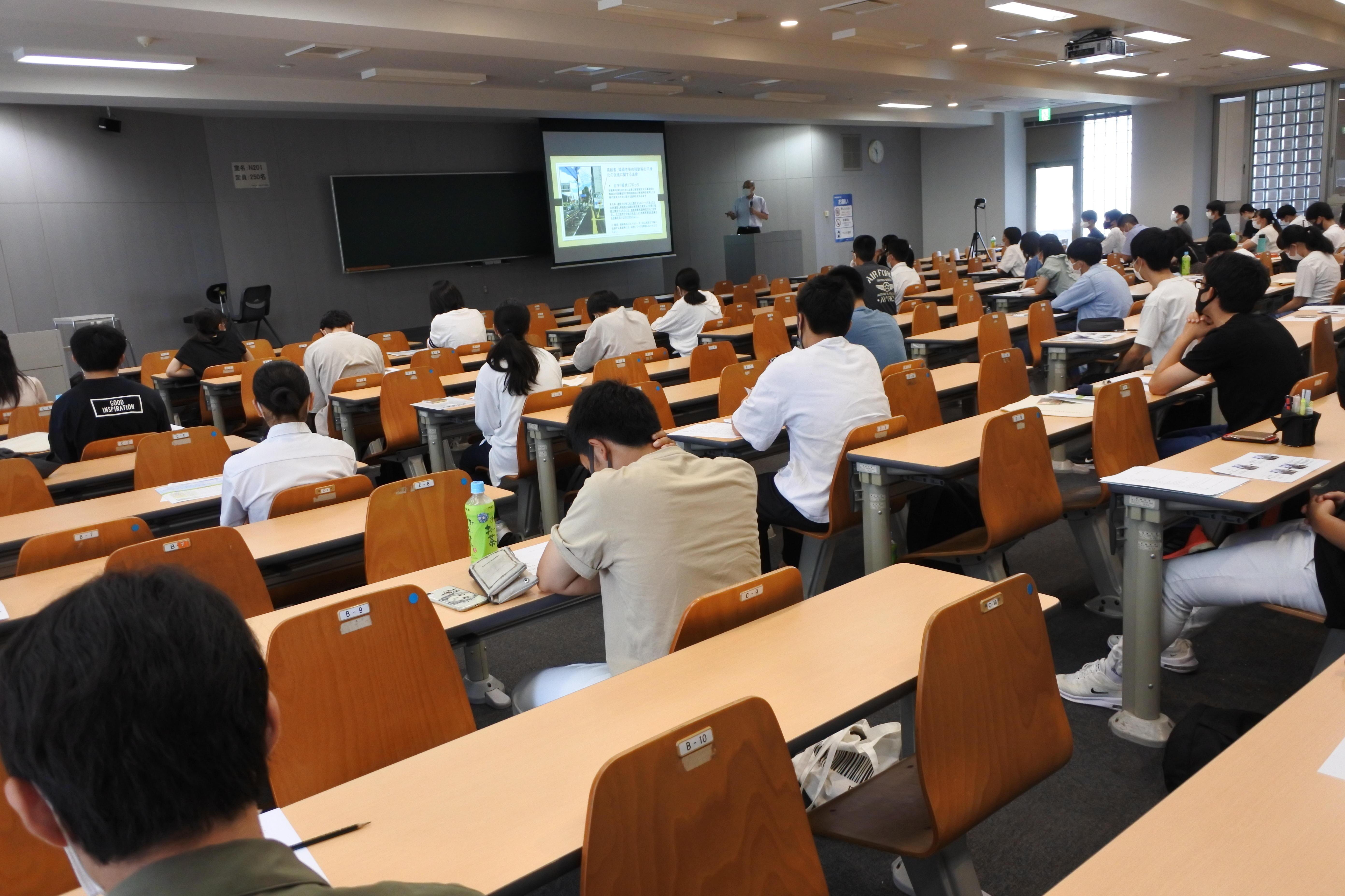 法学部法学科の庄村勇人教授による模擬講義