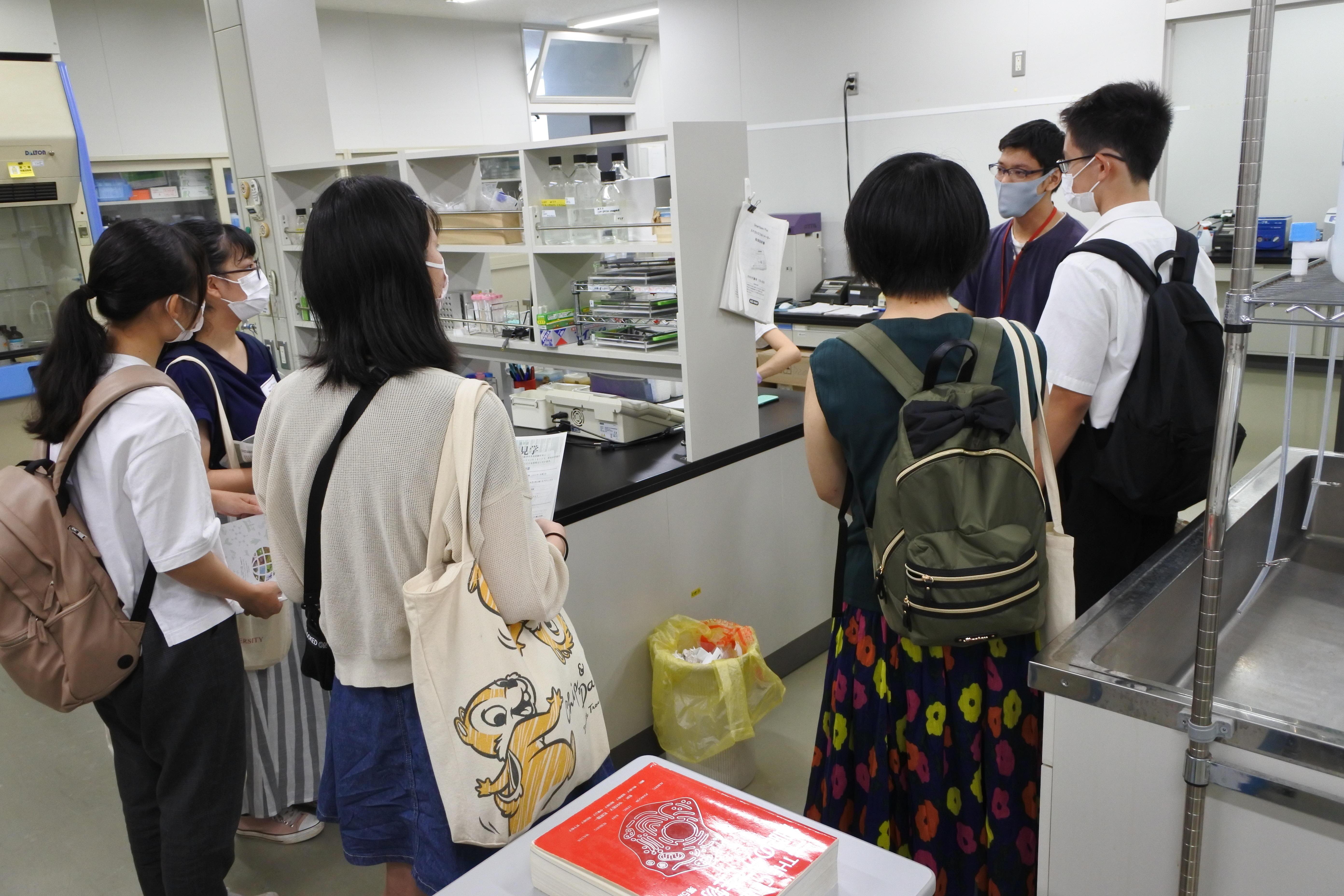 農学部応用生物化学科の生物化学研究室を見学する受験生たち