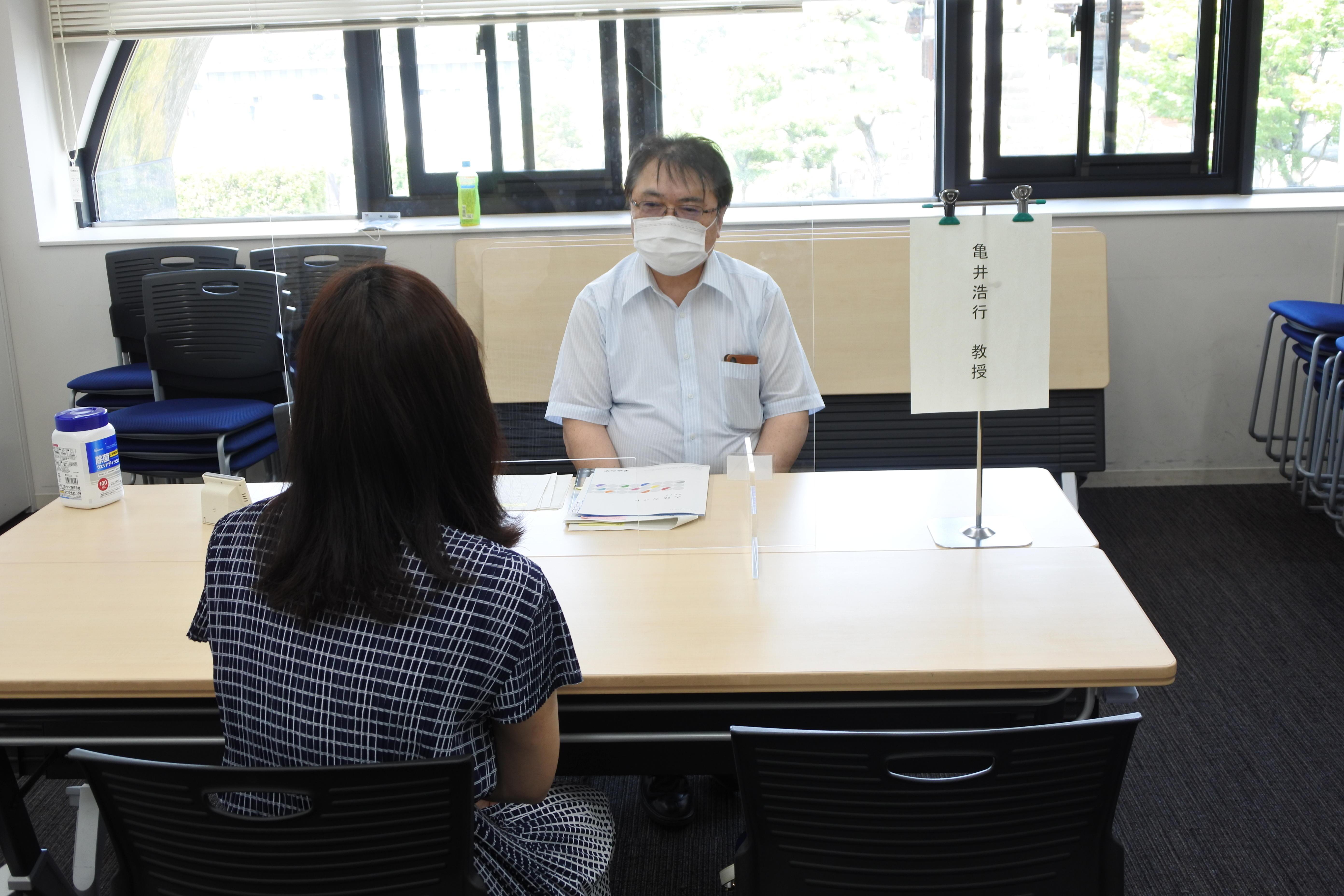 保護者対象の個別相談に応じる薬学部の亀井浩行教授