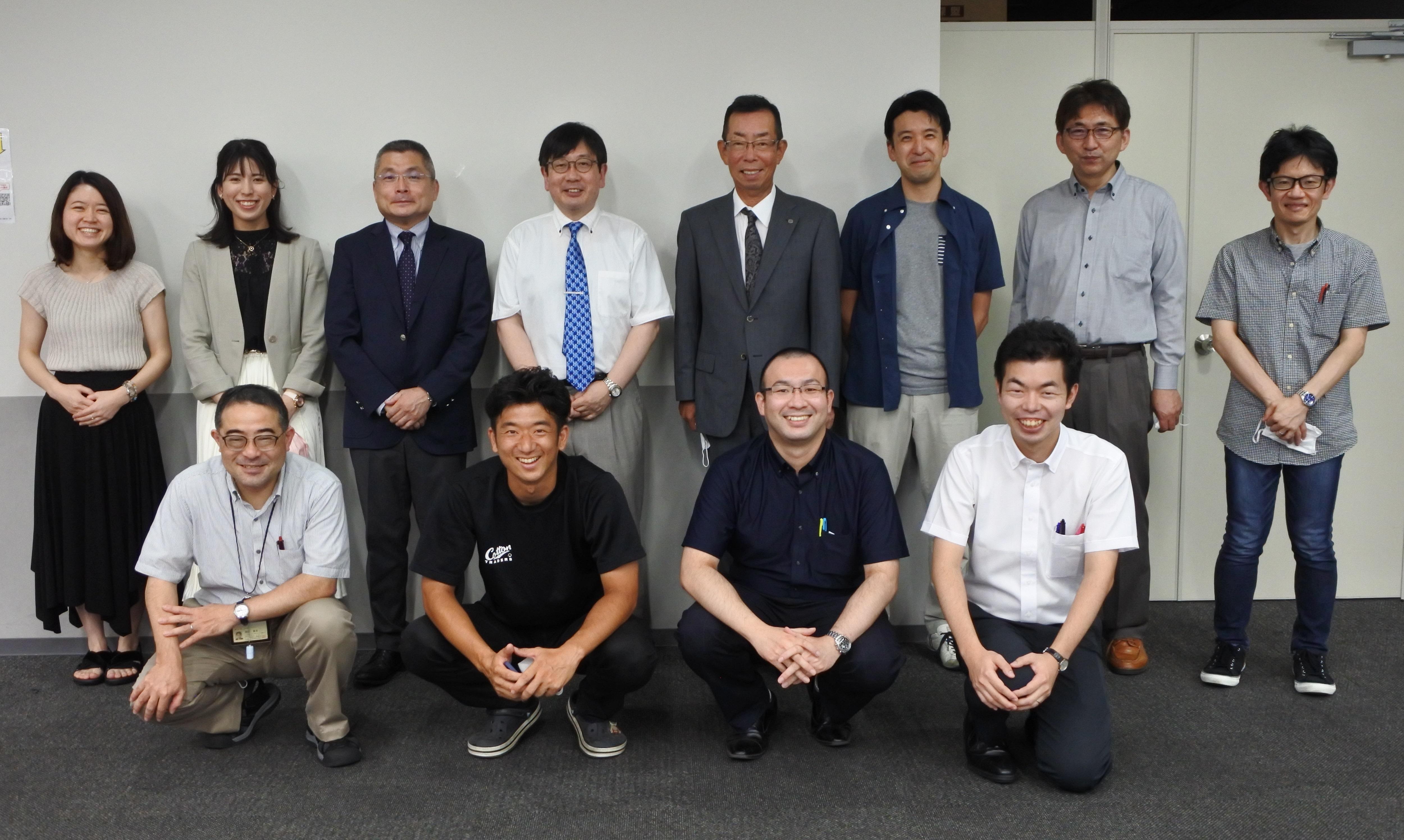 WEB講演会を終えた神野透人教授(後列左から4人目)、丹下富博薬学部同窓会長(同5人目)ら