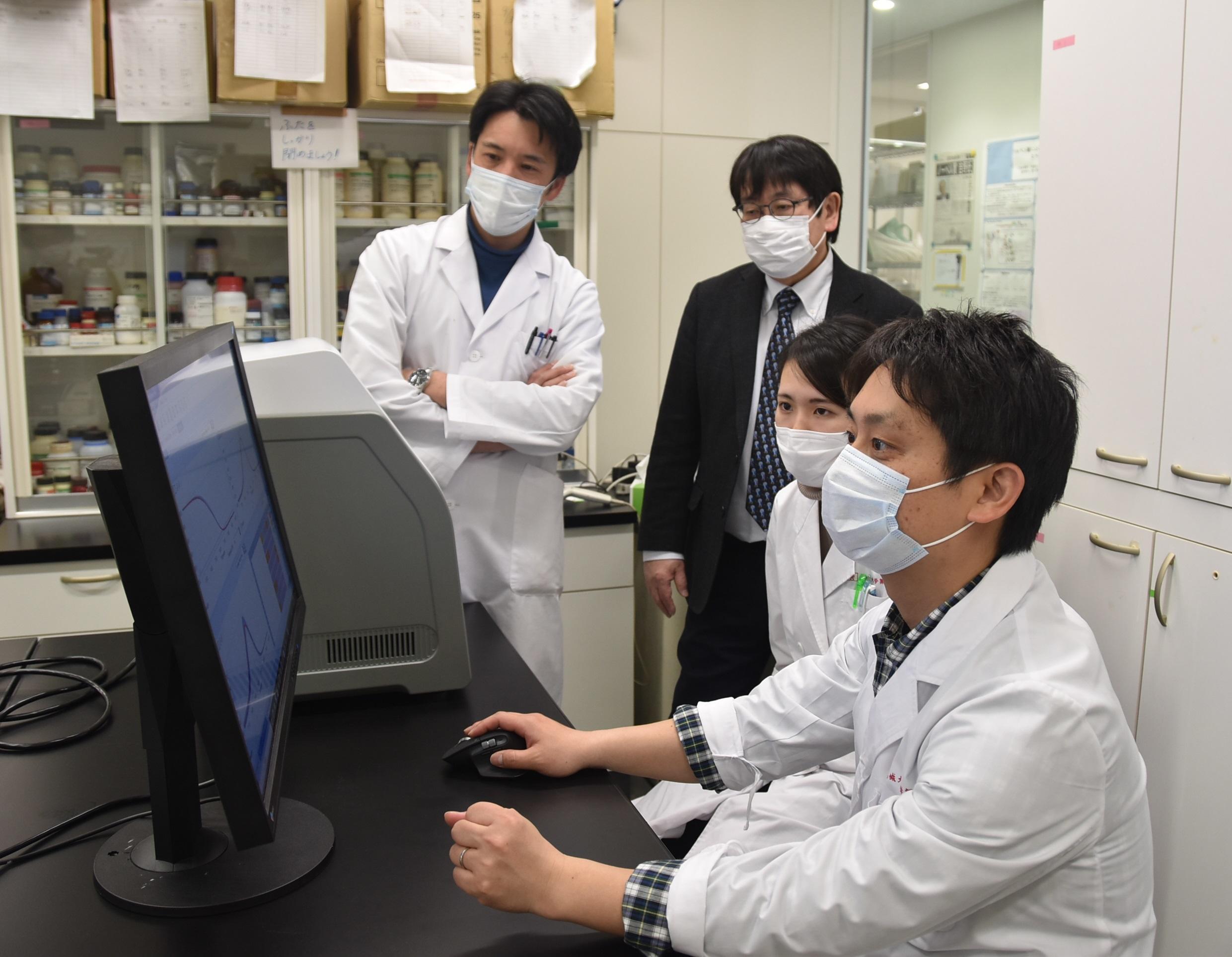 「4人のこびと達」の(左から)岡本誉士典准教授、神野透人教授、森葉子さん、青木明助教