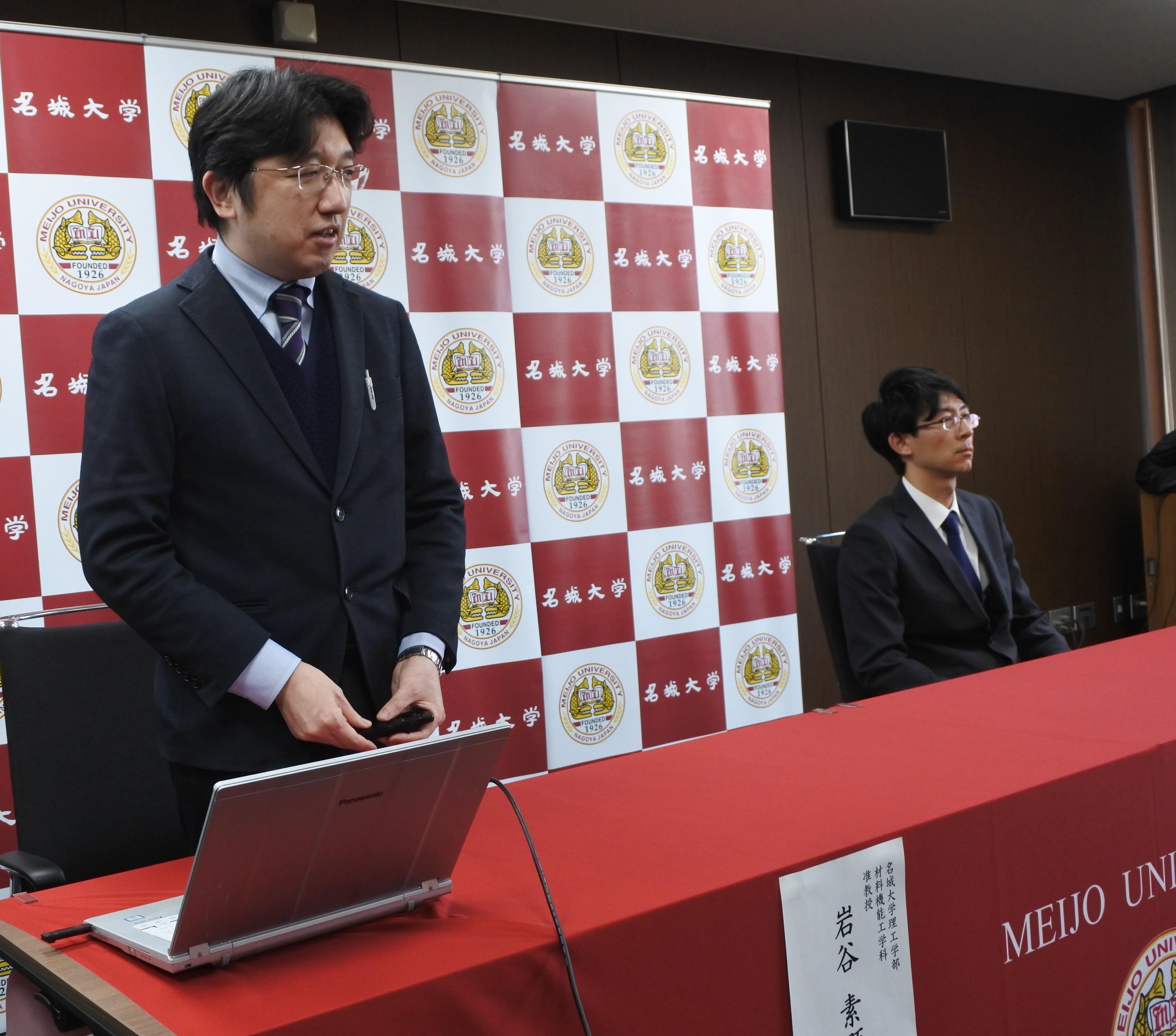 2020年2月19日、記者会見する岩谷素顕准教授(当時)=左=と佐藤恒輔さん