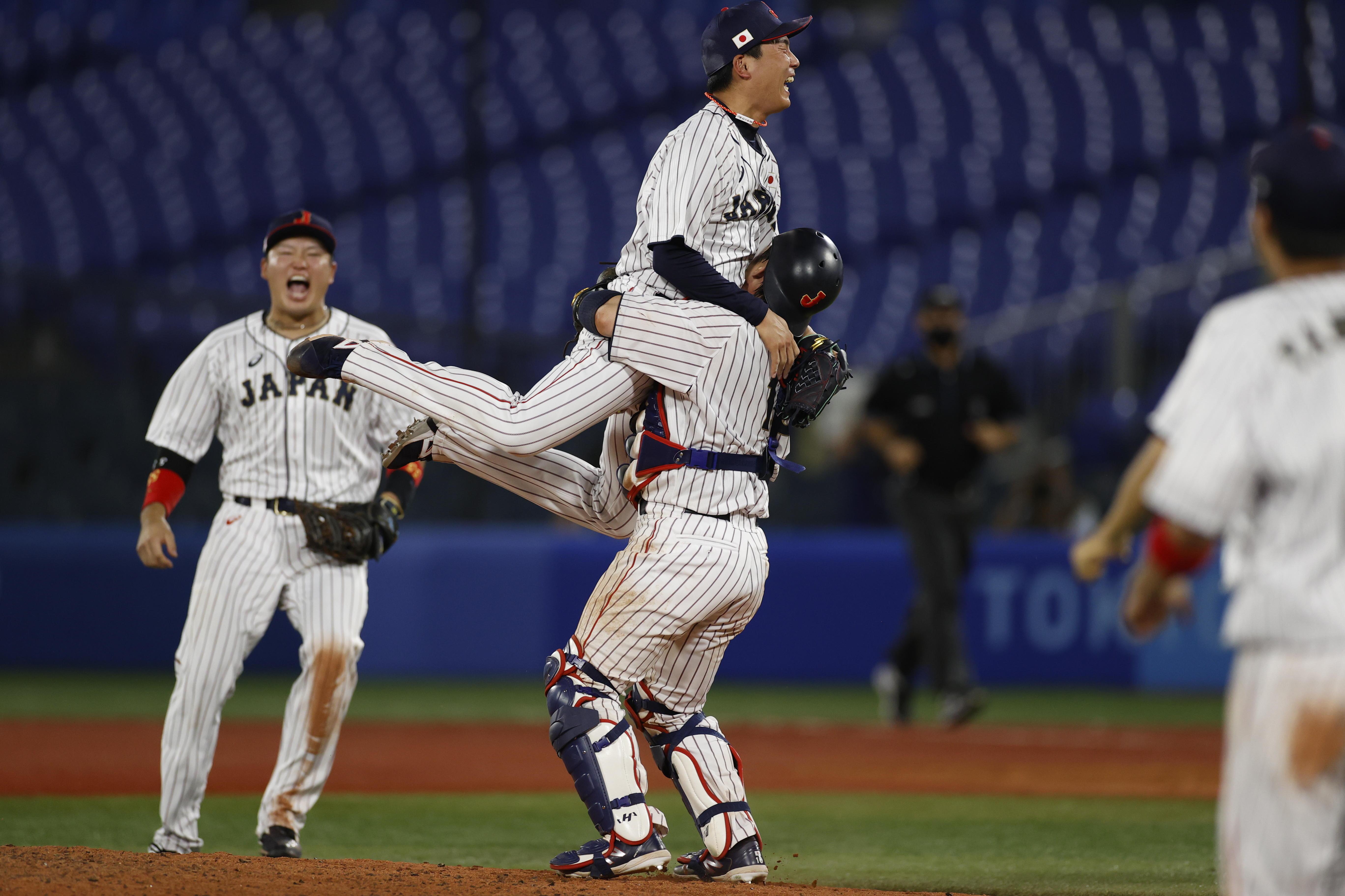 優勝を決めマウンドで抱き合う栗林良吏投手(写真:フォート・キシモト)