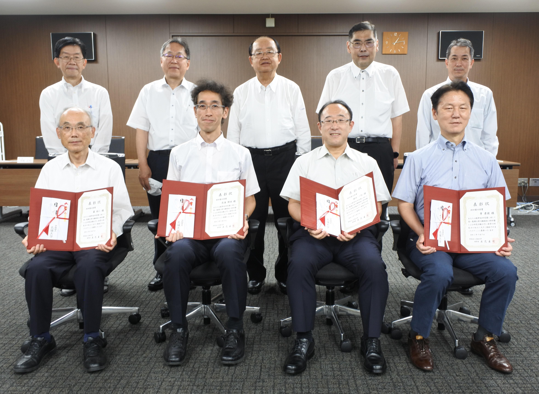 受賞者の(前列右から)李秀澈教授、堀田一弘教授、來海博央教授、森裕二教授