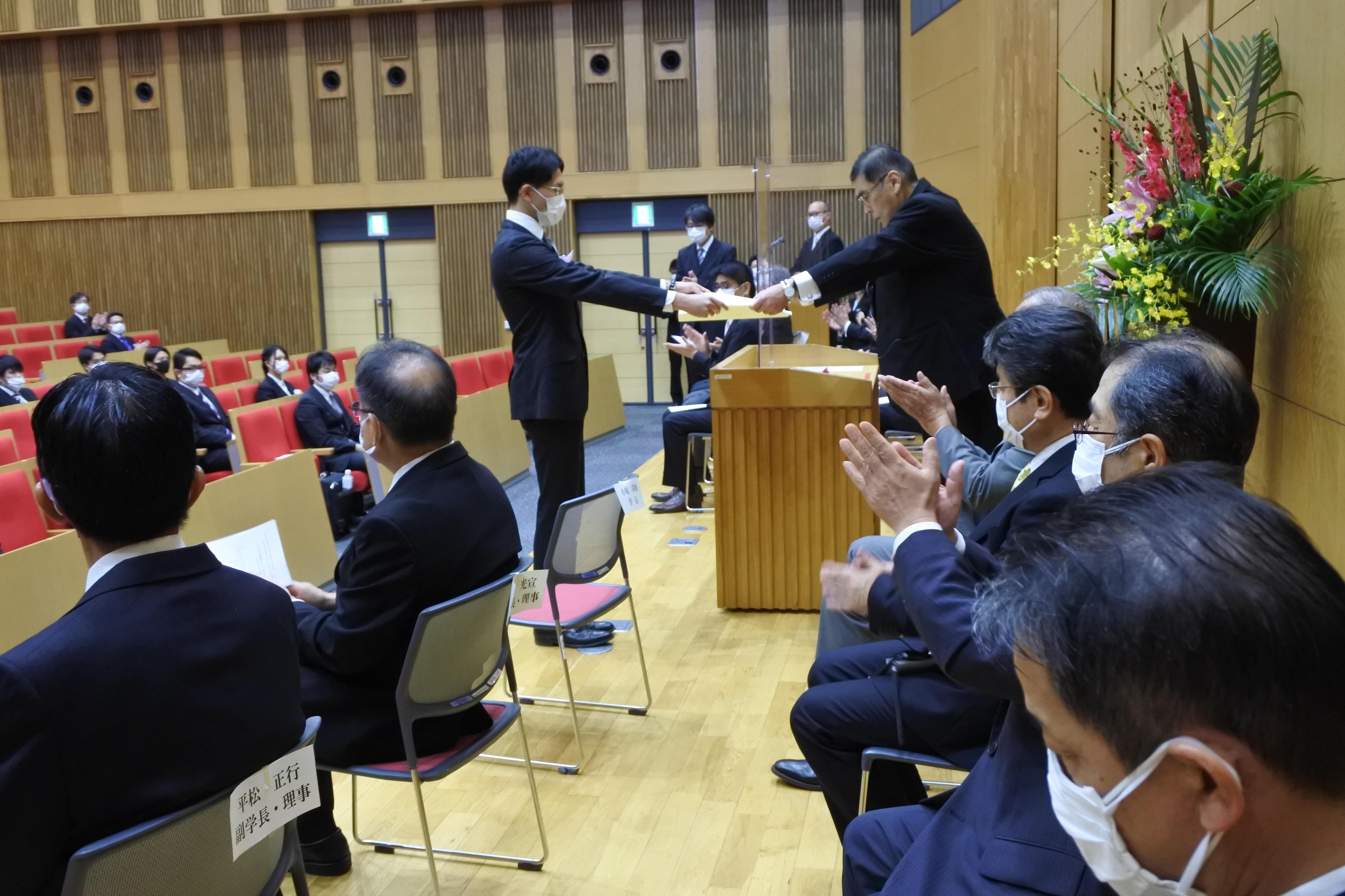 小原章裕学長から学位記を受け取る北山隼平さん