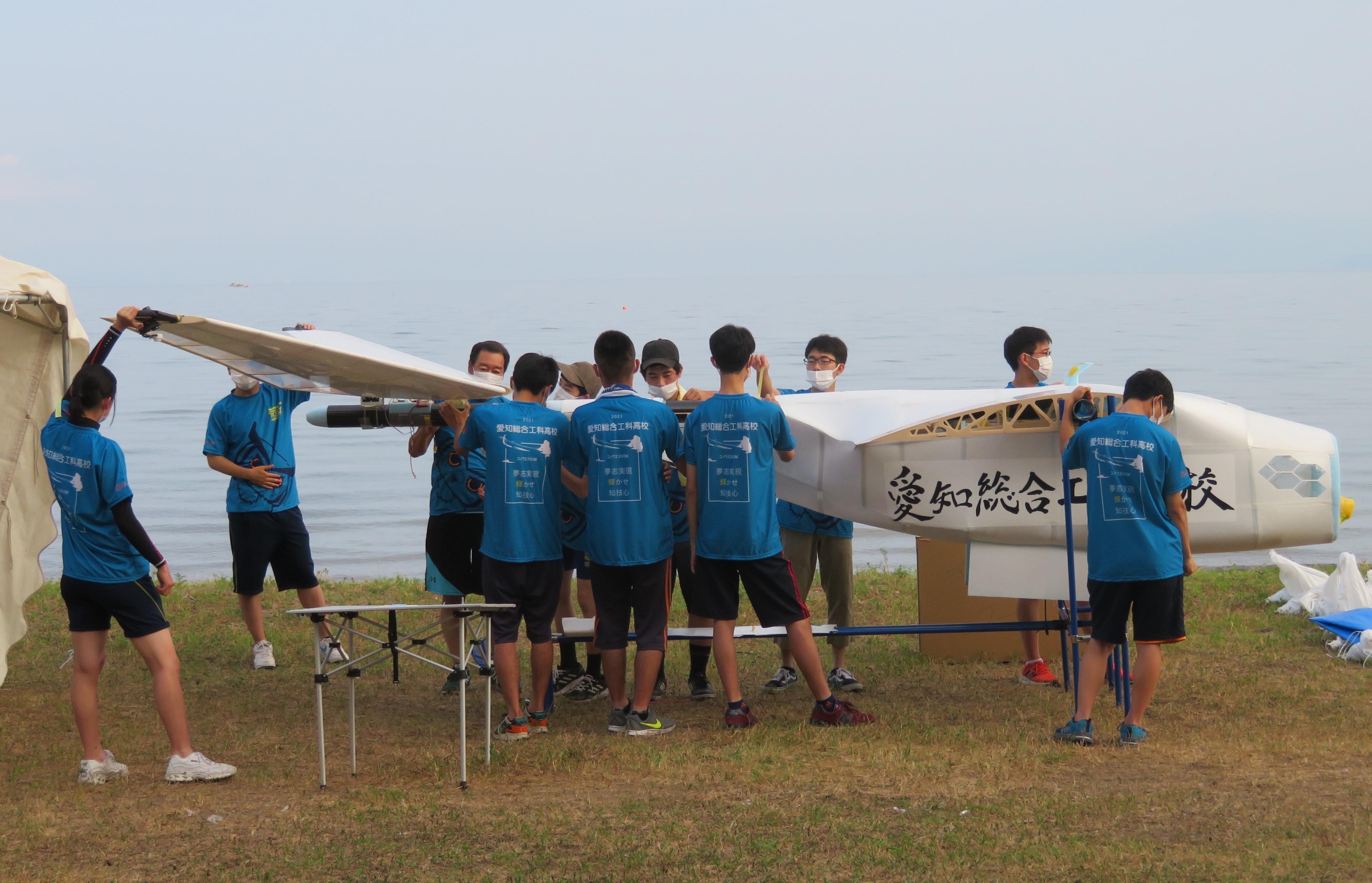 琵琶湖岸で組み立てた機体