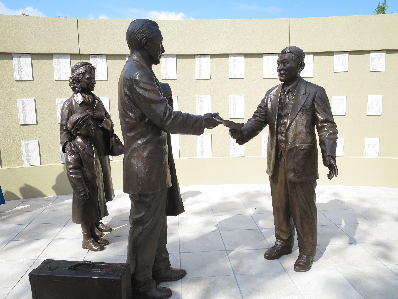 瑞陵高校前の「杉原千畝広場 センポ・スギハラ・メモリアル」にある杉原(右)とユダヤ人家族の像