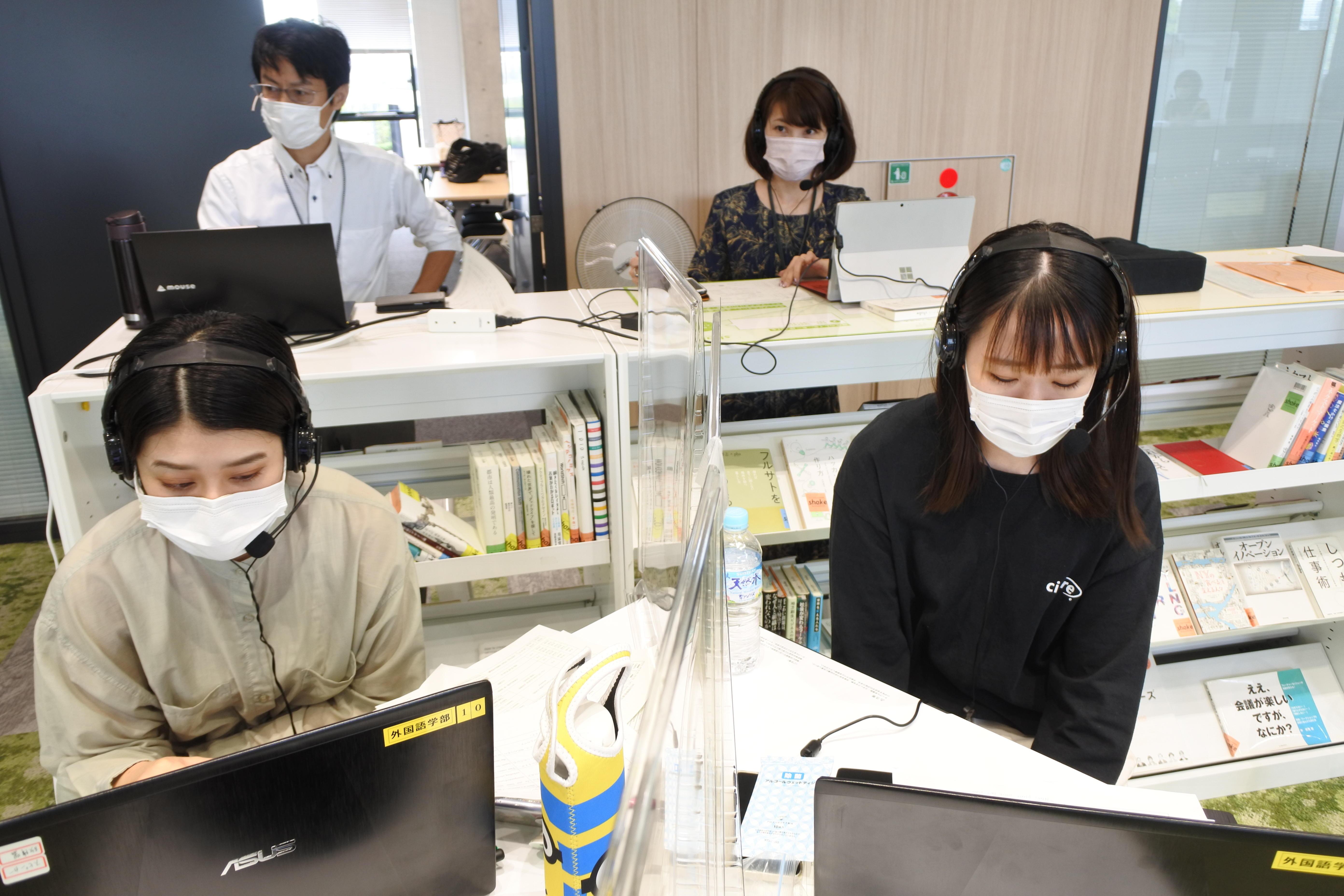 後方左が柳沢秀郎教授、右が池沙弥准教授
