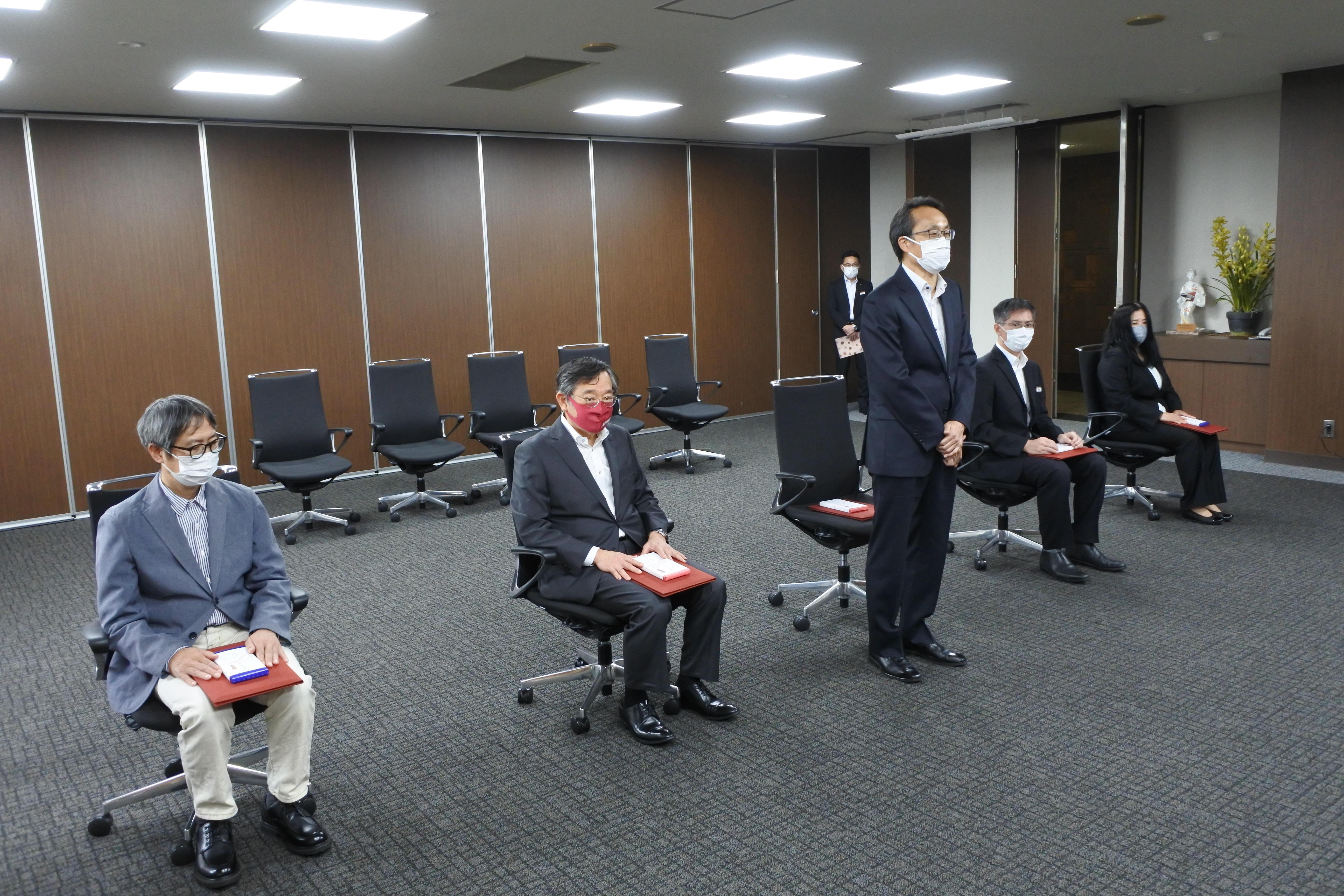 被表彰者を代表してあいさつする福島茂都市情報学部教授