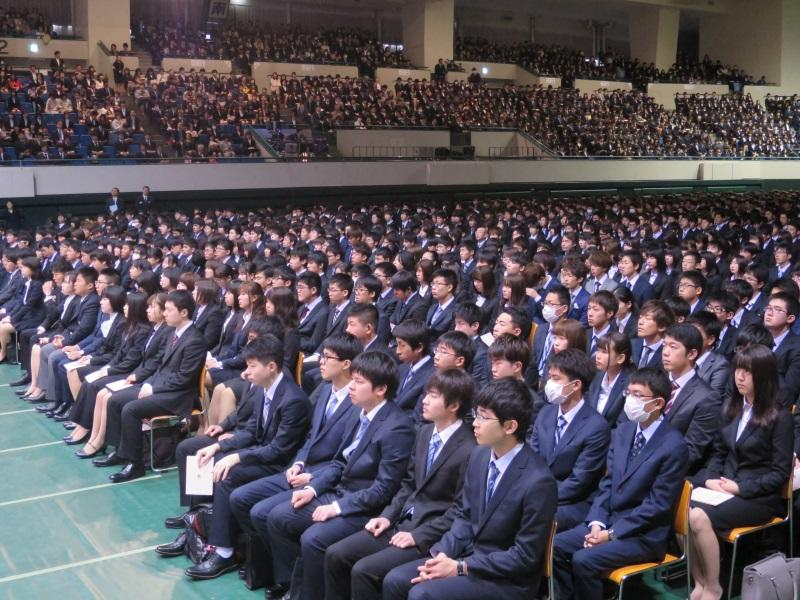 入学式に出席した学生や保護者たち
