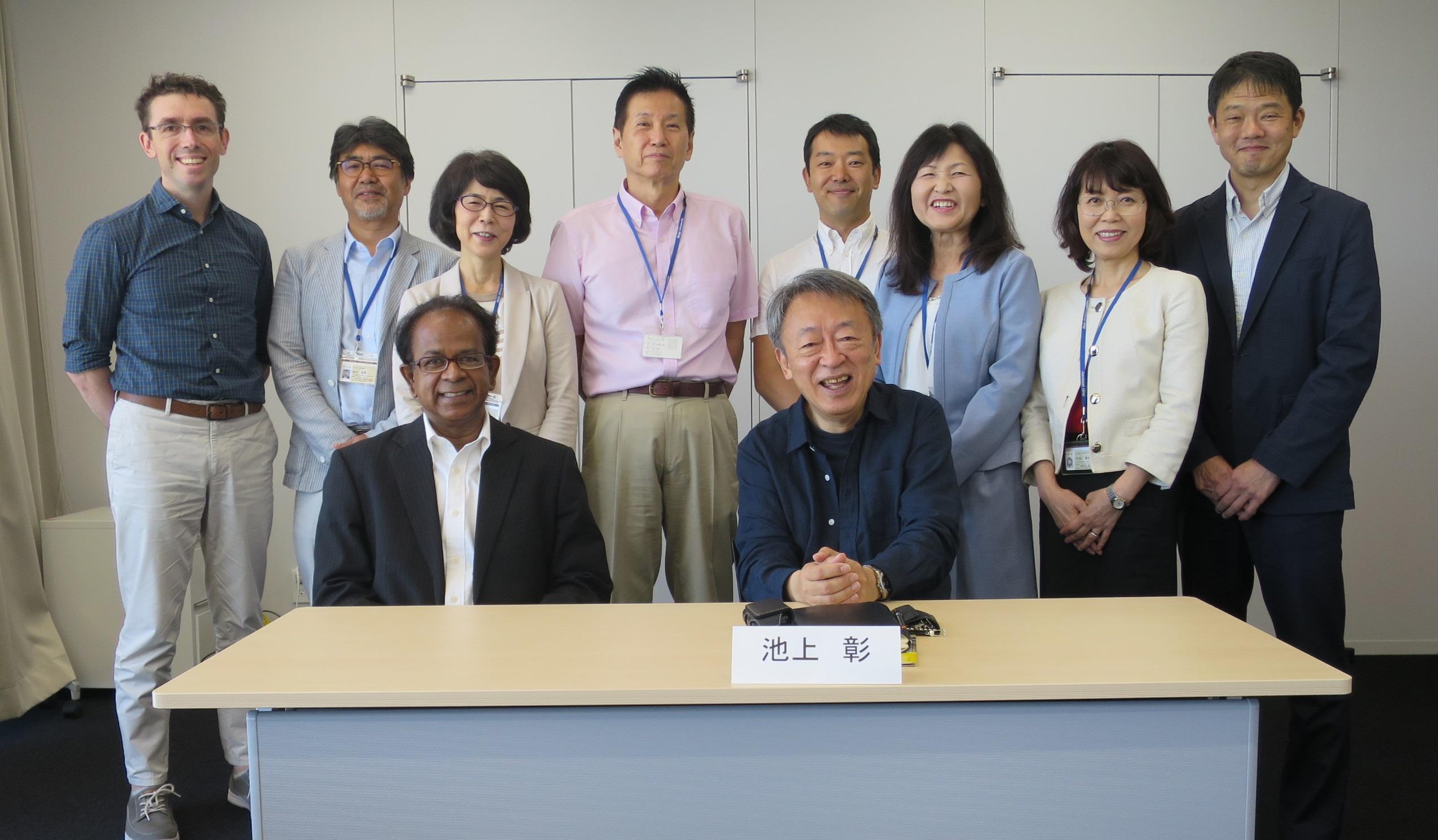 教育・研究内容の向上にスクラムを組む外国語学部の教員たちと池上彰教授