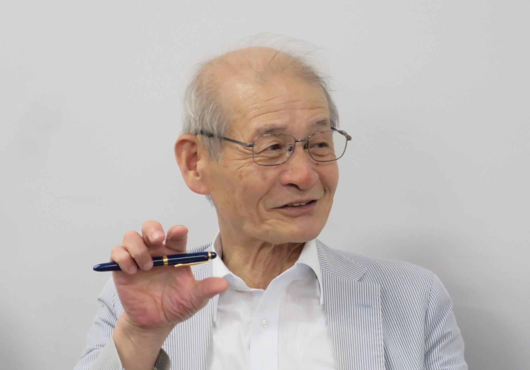 大学院生を教える吉野彰教授