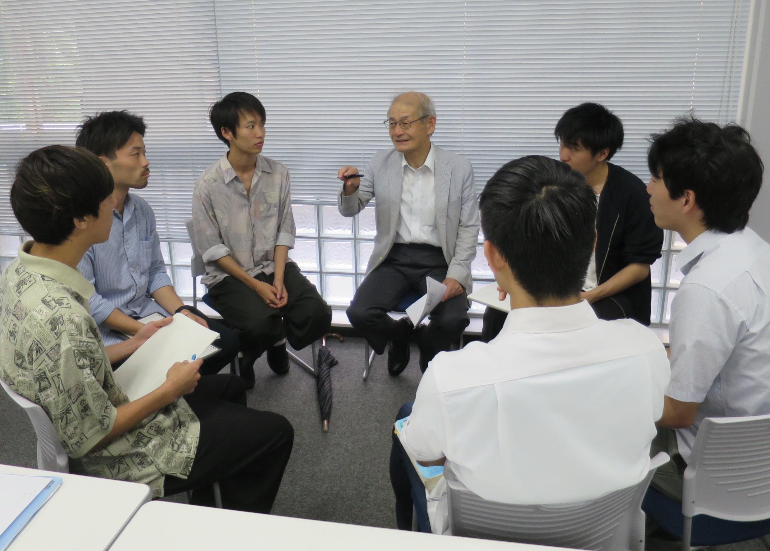 大学院生と双方向の講義を心掛ける吉野彰教授