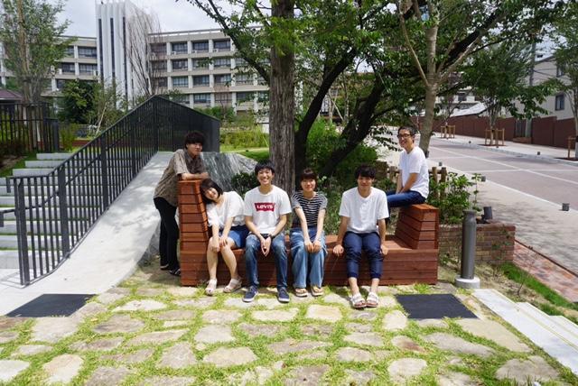 研究室の学生と作った天白キャンパス正門アプローチのベンチ