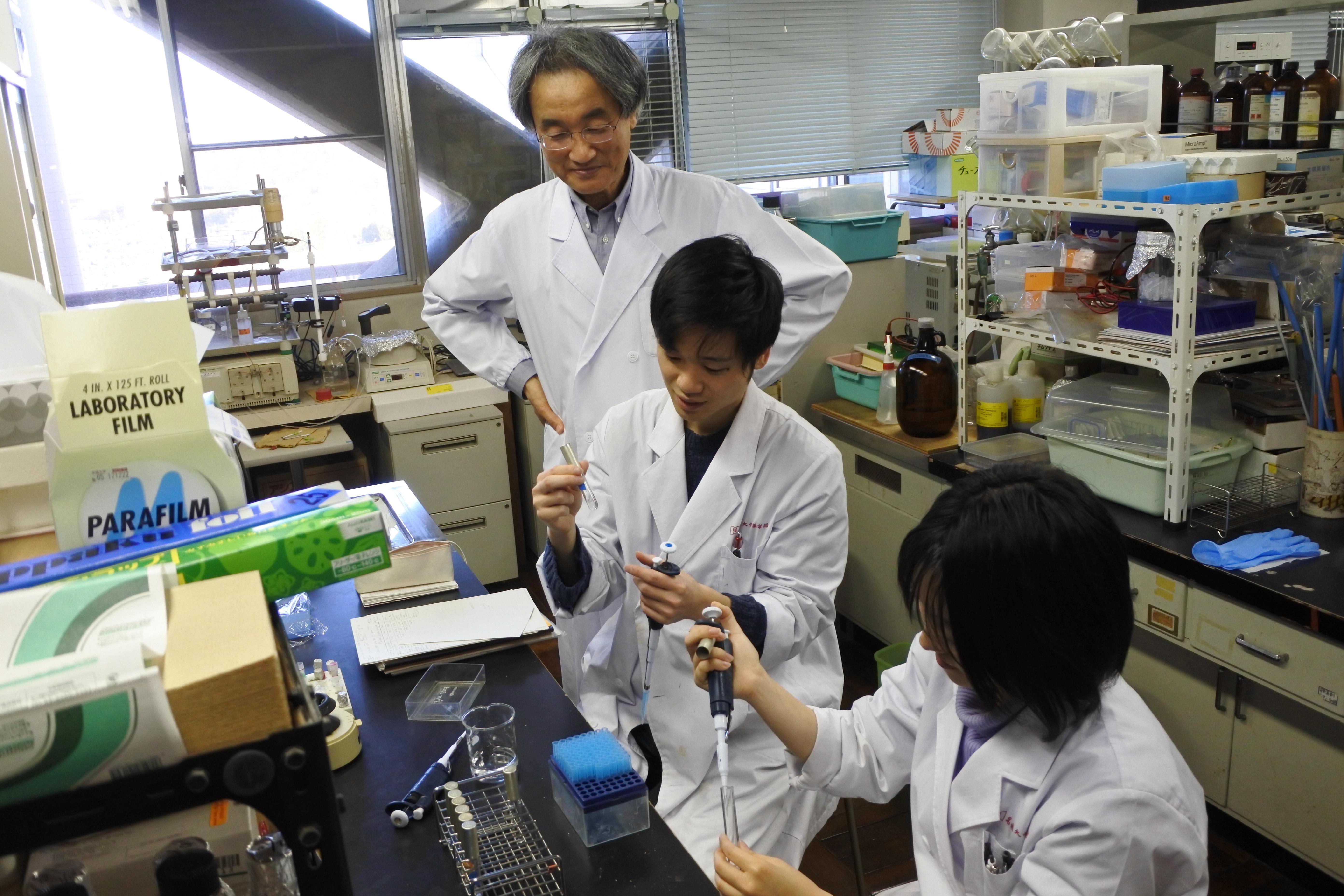 微生物学研究室で学生を教える打矢准教授
