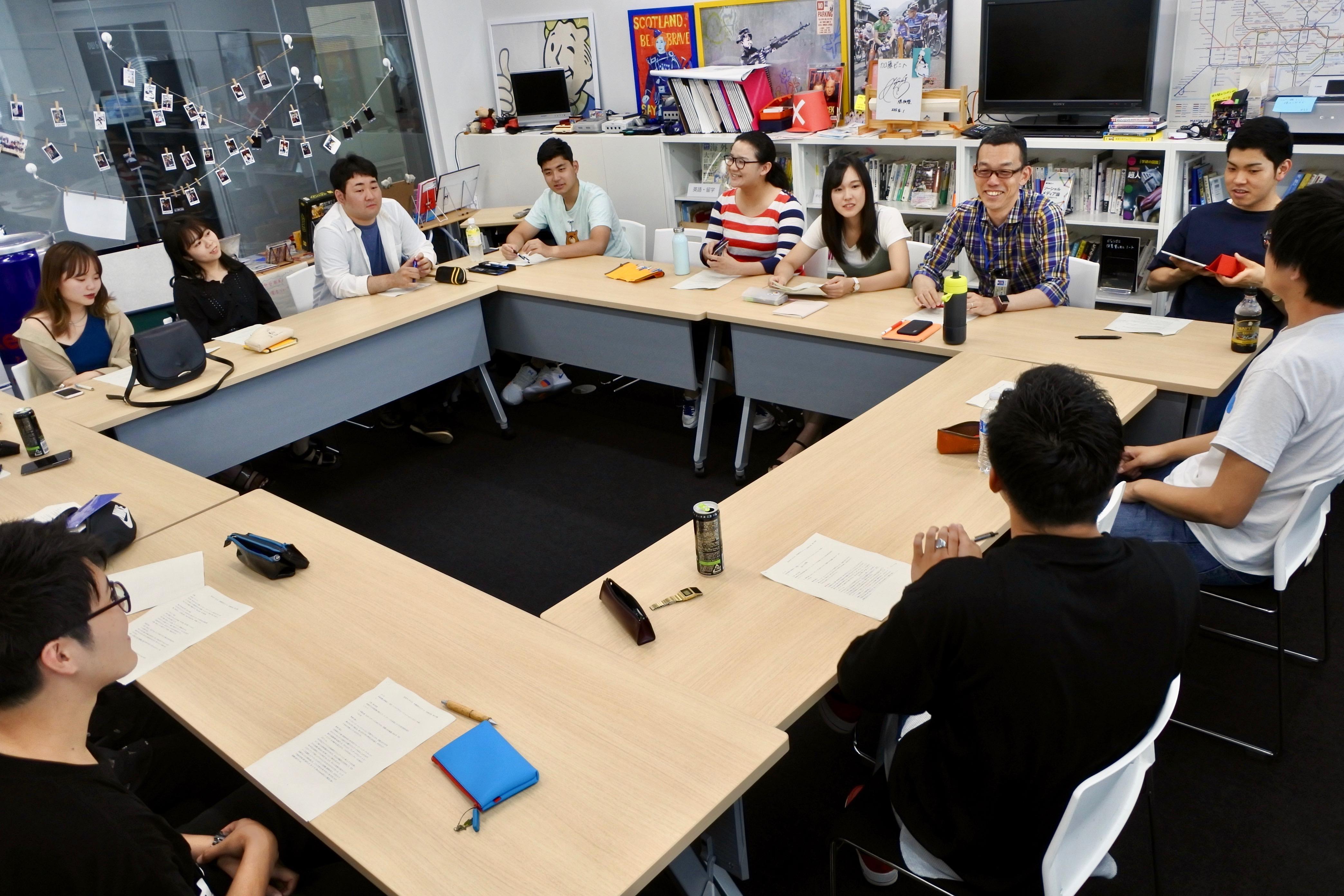 机を囲んでじっくりと卒論指導をする加藤准教授