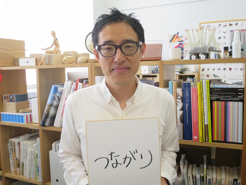 好きな言葉を色紙に書いた谷田准教授