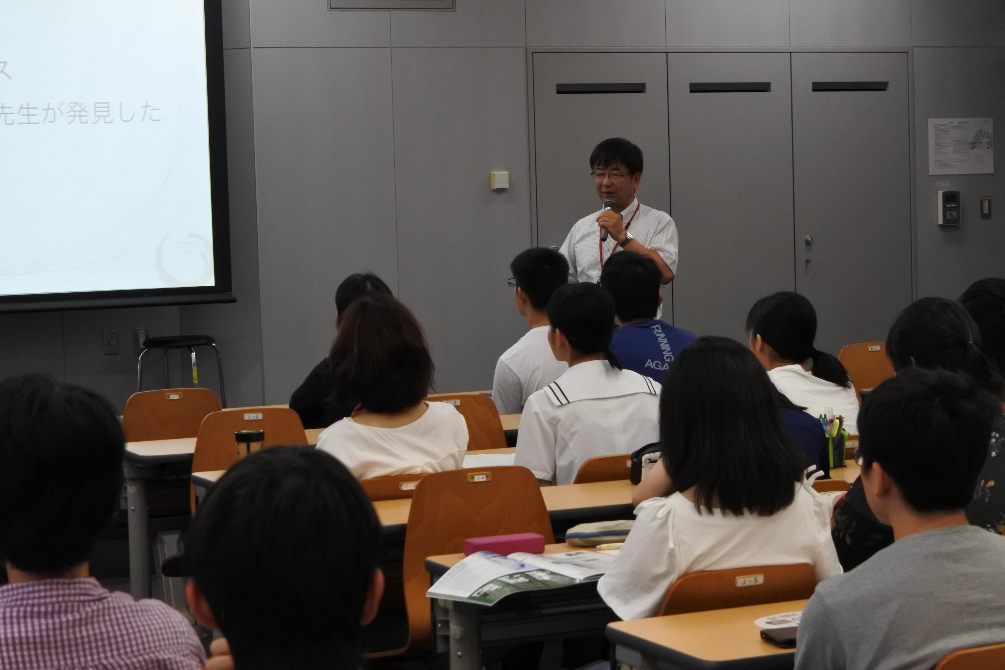 オープンキャンパスで高校生に微生物学の魅力を説く加藤教授