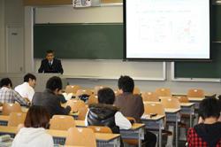 講義する松井特任教授とを受講する学生たち(4月28日、11号館405号講義室で)