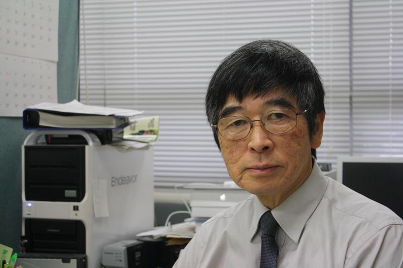 「数学と自然科学は工学の基本」と語る津川教授