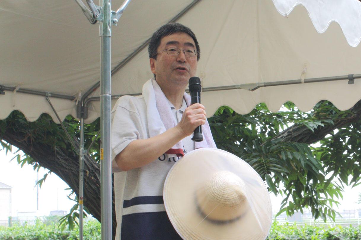 6月の田植祭であいさつする磯前学部長