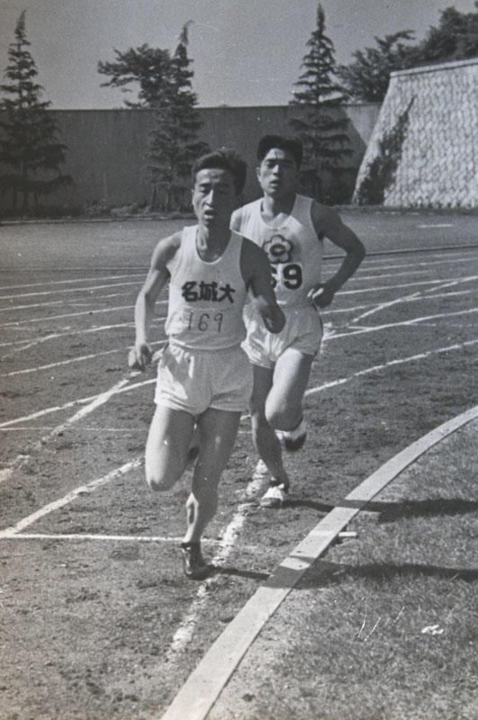 第21回東海学生陸上競技選手権(1955年5月)の5000メートルで優勝した時の高橋さん (瑞穂競技場で)