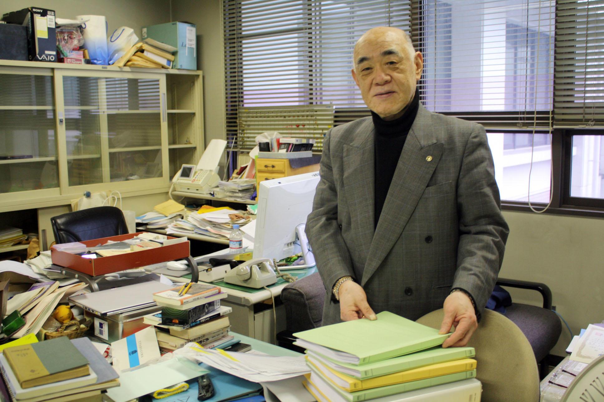間もなく明け渡す研究室を整理する江上教授