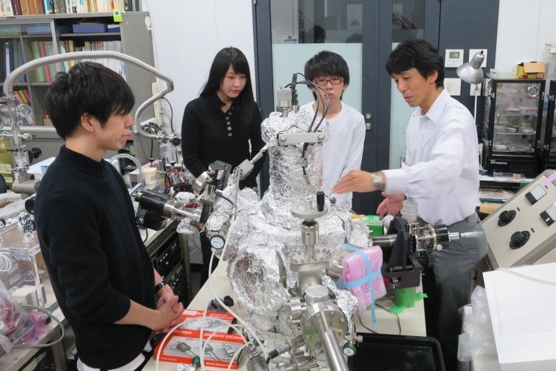 表面分析装置を学生らに説明する土屋教授