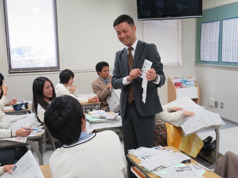 国際クラス3年生の新聞切り抜き学習を指導する早川教諭