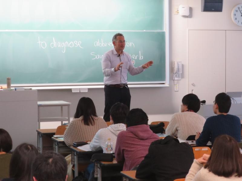薬学部の1年生に講義するリバック准教授