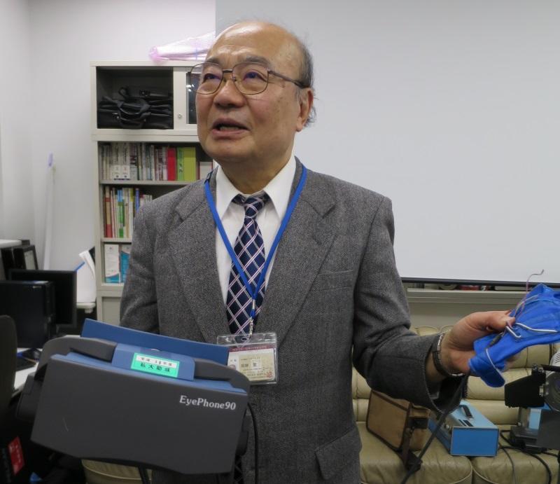 ナゴヤドーム前キャンパス南館のゼミ室でHMDを持つ岡林教授