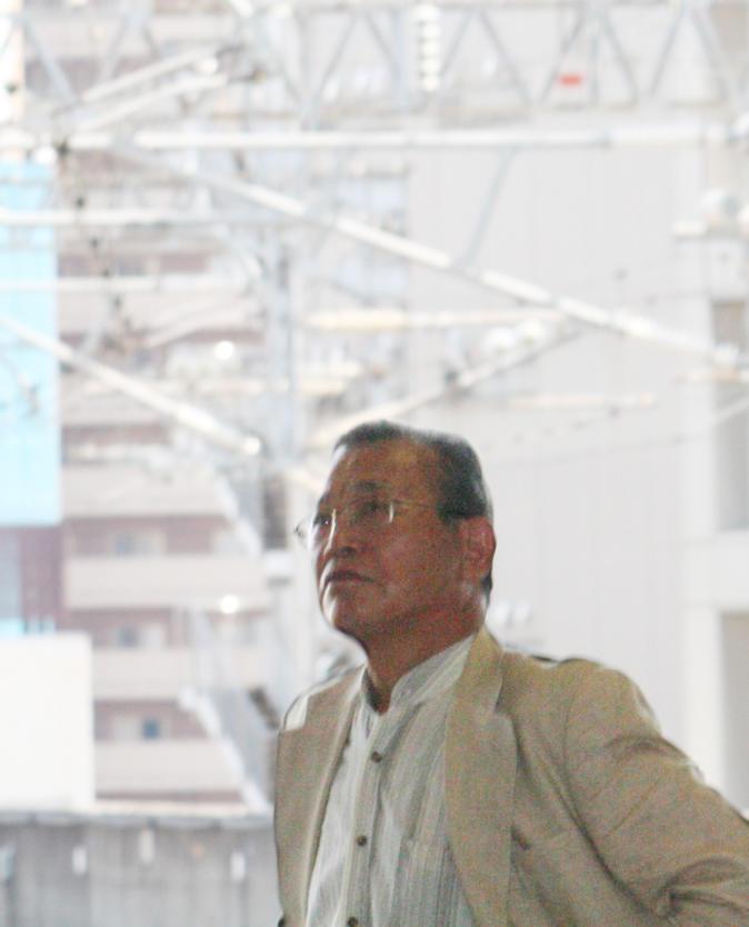 新幹線ホームに立つ野神さん