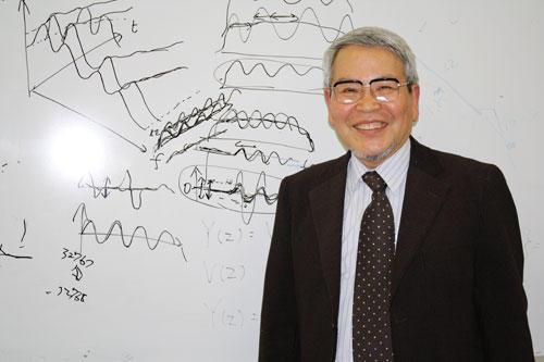 「面白いと思ったら思いきりやってみることです」と語る板倉教授