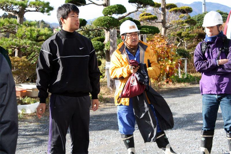 大島での第3回ボランティア活動で(2011年12月)
