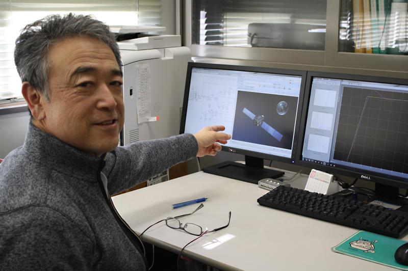 パソコン画面を使って「みちびき」について語る髙畑准教授
